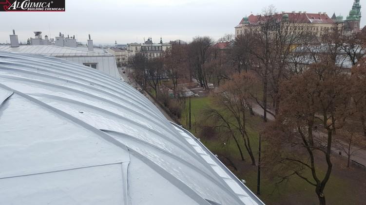 Dach kamienicy przy ul. Sarego po wykonaniu aplikacji płynnej membrany Hyperdesmo HAA z dodatkiem Thixo-Tool
